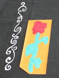 Die Rose wurde mit Stoffmalfarbe in Rot und Grün schabloniert.