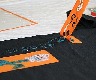 Die Textilschablonen sollten sofort nach dem Farbauftrag wieder abgezogen und gereinigt werden.