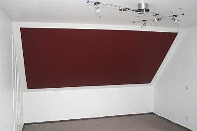 Wand grundiert und die bordeauxrote Fläche gestrichen.