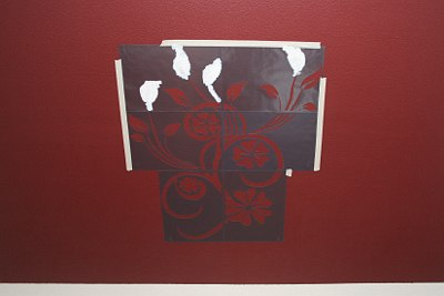 Wandschablone wegen der Schräge noch mit Malerkrepp zusätzlich fixiert.