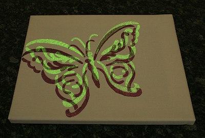 ^Schablone Schmetterling mit Nachtleuchtfarbe und normaler Schablonierfarbe Nachtleuchteffekt