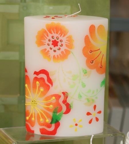 Kerzen mit Blumenmotiven gestaltet